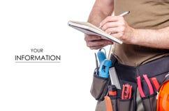 在一个人的建筑传送带有日志笔记本的笔工具传送带建造者样式 免版税库存图片