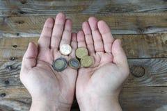 在一个人的手上的几枚欧元硬币 库存照片