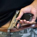 在一个人的腰带隐瞒的手枪 库存图片