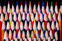 在一个任意颜色样式整洁地堆积的色的铅笔,但是  库存照片
