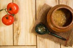 在一个传统罐的豆汤在木背景 在视图之上 健康和自然食物的概念 库存图片