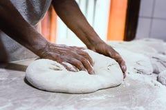 在一个传统面包店揉面包 图库摄影
