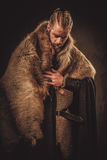 在一个传统战士衣裳的北欧海盗konung 库存图片