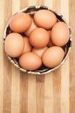 在一个传统陶瓷碗的鸡鸡蛋 免版税图库摄影