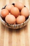 在一个传统陶瓷碗的鸡鸡蛋 免版税库存图片