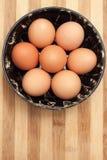 在一个传统陶瓷碗的鸡鸡蛋 库存图片