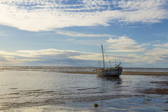 在一个低潮海滩的搁浅的小船在马达加斯加 免版税库存图片