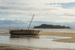 在一个低潮海滩的搁浅的小船在马达加斯加 库存照片