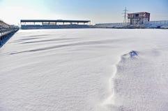 在一个体育场的空的论坛在大雪以后 库存照片