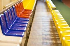在一个体育场的色的位子在屋子里 免版税库存照片