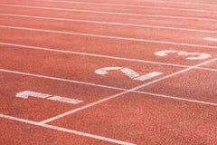 在一个体育场的连续轨道有车道的编号 免版税库存图片