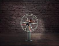 在一个使成环的轮子的运动妇女奔跑 体育惯例的概念 免版税图库摄影