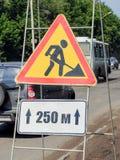 在一个便携式的框架的标志道路工程 库存照片
