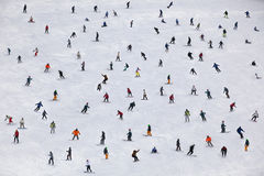 在一个倾斜的人滑雪和雪板运动在滑雪胜地 免版税库存照片