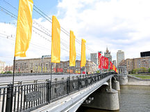 在一个假日期间,五颜六色的欢乐旗子 免版税库存照片