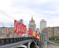 在一个假日期间,五颜六色的欢乐旗子 库存图片
