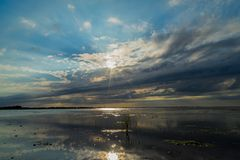 在一个偏僻的海滩的日落 库存照片