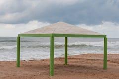 在一个偏僻的冬天海滩的Sunshed 免版税库存图片