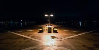 在一个偏僻的码头的夜间在哈利法克斯,新斯科舍 哈利法克斯横跨港口的市光 免版税库存图片