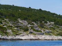 在一个克罗地亚海岛上的石块墙 库存图片