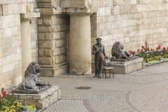 在一个入口对Proval, Pyatigorsk,俄罗斯前的雕塑 库存图片