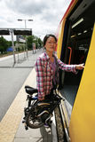 在一个公共交通工具的折叠的自行车 库存图片