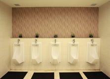 在一个公共建筑的现代男性洗手间 免版税库存图片