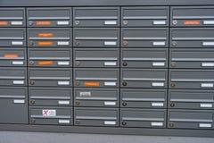 在一个公寓的邮箱在一个新的大厦房子里 免版税库存图片