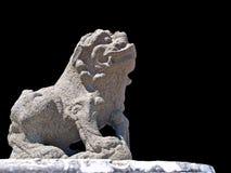 在一个公开寺庙的中国狮子雕象在黑backgroound, T 免版税库存照片