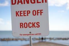 在一个公开海滩张贴的警报信号 免版税库存图片