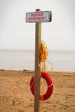 在一个公开海滩的一个救援设备驻地 免版税库存照片