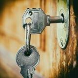 在一个关键孔插入的钥匙 免版税库存照片