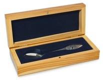 在一个典雅的木箱的生来有福标示用蓝色天鹅绒 开放的箱子,茶匙是被刻记的时钟和出生日期chil的 免版税库存图片