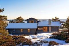 在一个典雅的村庄的屋顶的北海视图 免版税图库摄影