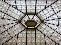 在一个内在庭院的玻璃屋顶 图库摄影