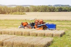 在一个农业试验领域的收割机 免版税库存图片
