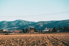 在一个农业领域的无云的风景在与的冬天ho 图库摄影