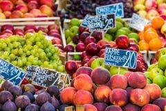 在一个农厂市场上的新鲜水果在哥本哈根,丹麦 库存图片