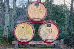 在一个农场外面的古老和大桶装饰品在国家 免版税图库摄影