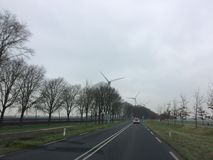 在一个农场的一台风轮机的在荷兰西北部 免版税图库摄影