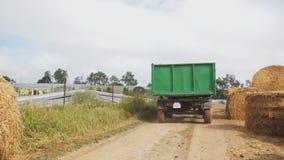 在一个农场的拖拉机在圆的大包秸杆附近 农业背景 股票视频