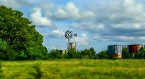 在一个农场的老风车在得克萨斯,美国 库存照片