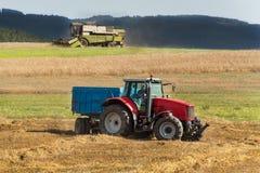 在一个农场的联合收割机收获成熟麦子在捷克 苹果庭院地面收获成熟时间结构树 五谷的耕种在一个农业农场的 库存照片