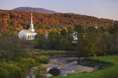在一个农村佛蒙特教会后的秋叶 免版税库存照片