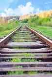 在一个农村场面的铁路轨道与好的蓝天 免版税库存照片