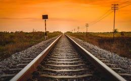 在一个农村场面的铁路轨道在日出时间 库存图片