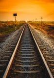 在一个农村场面的铁路轨道在日出时间 免版税库存图片