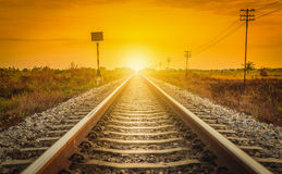在一个农村场面的铁路轨道在日落时间 免版税库存图片