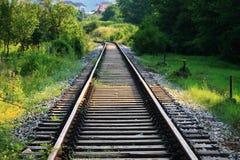 在一个农村场面的铁路轨道 免版税库存图片