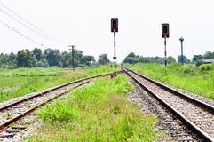 在一个农村场面的铁路轨道 免版税库存照片